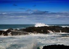 打破在印度洋的岩石的波浪在狂放的海岸  库存照片