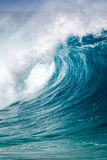 打破在奥阿胡岛夏威夷北部岸的海浪  图库摄影