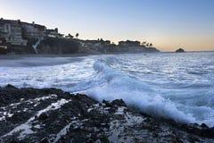 打破在小海湾的波浪 免版税图库摄影