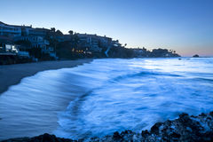 打破在小海湾的波浪 免版税库存照片