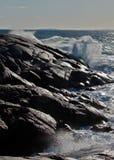 打破在岩石的波浪 免版税库存照片