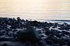 打破在岸的波浪在日落 自然摄影 免版税库存图片