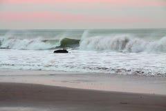 打破在岸的海浪 免版税库存照片