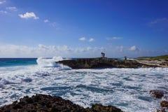 打破在岸的海浪 免版税库存图片