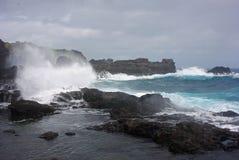 打破在岸-考艾岛,夏威夷的波浪 免版税库存照片