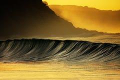 打破在日落的波浪在Azkorri 免版税图库摄影