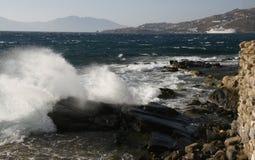 打破在海滩岩石的波浪 免版税库存图片