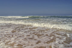 打破在海滨的波浪 库存图片
