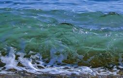 打破在海滩的海/海浪 库存图片
