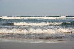 打破在海滩的温暖的印度洋波浪 免版税图库摄影