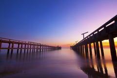 打破在海洋的黎明在Coolum 免版税图库摄影