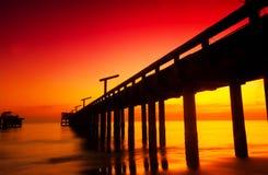 打破在海洋的黎明在Coolum twillight天空 免版税库存照片