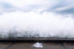 打破在石岸的波浪 免版税库存照片