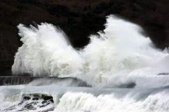 打破在防堤的大波浪 免版税库存图片