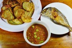 打击在鸡蛋和鲭鱼的油煎的茄子用辣虾酱调味汁 免版税库存图片