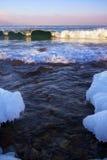 打破在贝加尔湖的波浪 免版税库存照片