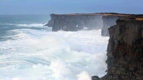 打破在黑岩石的波浪在冰岛 股票录像