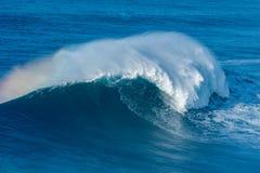 打破在Nazare的波浪 库存照片