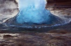 打破任意,喷发的Strokkur, Geysir,冰岛 免版税库存图片