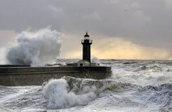 打破海波浪飞溅在日落 免版税库存照片