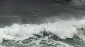 打破海浪有雾的天的紧的射击 影视素材