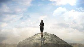 打破混凝土墙 站立在峭壁前面的女实业家 云彩天空 库存例证