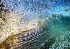 打破热带海浪 库存照片