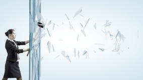 打破玻璃的妇女 免版税图库摄影
