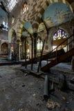 打破的彩色玻璃、崩溃的大厦&街道画-被放弃的教会 库存图片