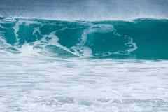 打破的接踵而来的波浪 图库摄影