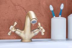 打破的水盆 从轻拍的水滴水 免版税库存照片