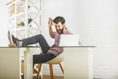 打破膝上型计算机的愤怒的人 免版税库存照片