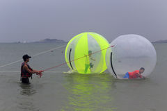 打水走的球的游人在dongshan海岛海边  图库摄影