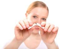 打破香烟的妇女。 概念中止抽烟 免版税库存图片