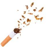 打破香烟,停止抽烟 库存照片