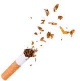 打破香烟,停止抽烟 免版税图库摄影