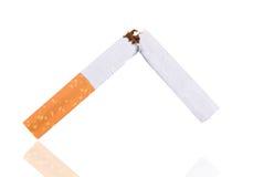 打破香烟,停止抽烟 免版税库存照片