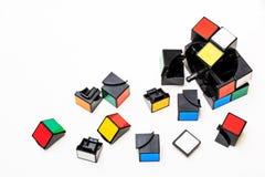 打破Rubiks立方体和从它的一个部分 免版税库存图片