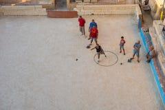 打bocce bocci比赛的瓦莱塔的当地居民 库存图片