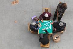 打mahjong的中国老年人 库存照片