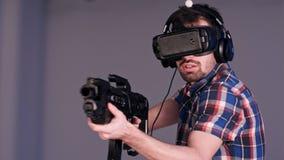 打VR与虚拟现实枪和玻璃的年轻朋友狙击手比赛 库存图片