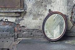 扔出去的镜子老 免版税库存图片