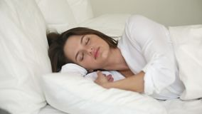 扔和转动在床上的年轻女人遭受失眠 股票视频