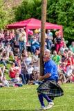 扔投棒学科在苏格兰高地比赛 免版税库存照片