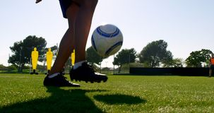 扔球的足球运动员在他的腿4k之间 股票录像