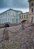 扔石头下坡对内娃河水在圣彼德堡 图库摄影
