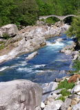 扔石头的桥梁峡谷 库存照片