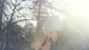 扔蓬松雪的年轻快乐的妇女在公园 影视素材