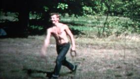 1958 - 扔马掌实践游戏的赤裸上身的人 股票录像