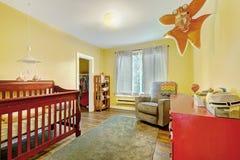 托儿所室内部有小儿床的,红色五斗橱 免版税库存图片